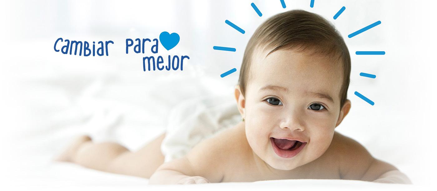 Bebé sonriente gateando en el piso